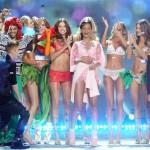 Justin Bieber junto con las top models de Victoria's Secret